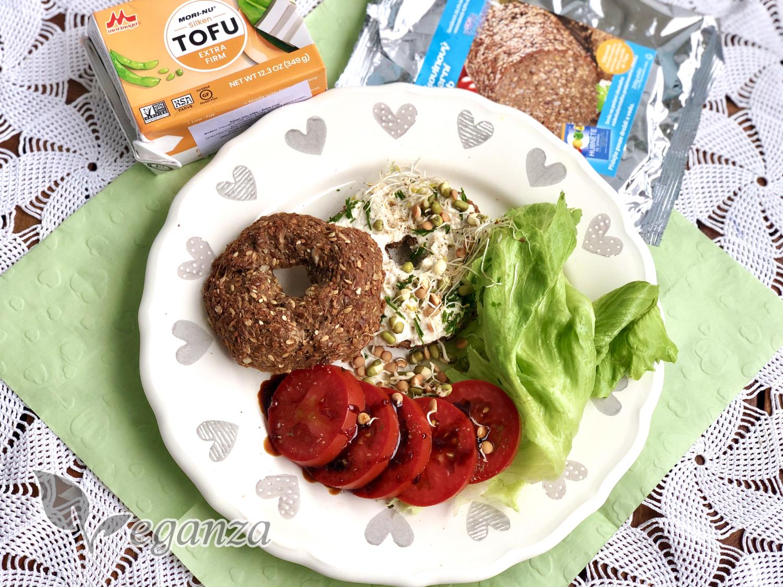 seminkovy-bagel-s-bylinkovou-pomazankou-se-salatem-a-rajcaty