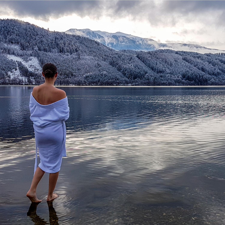 zena-v-zupanu-u-jezera-v-horach