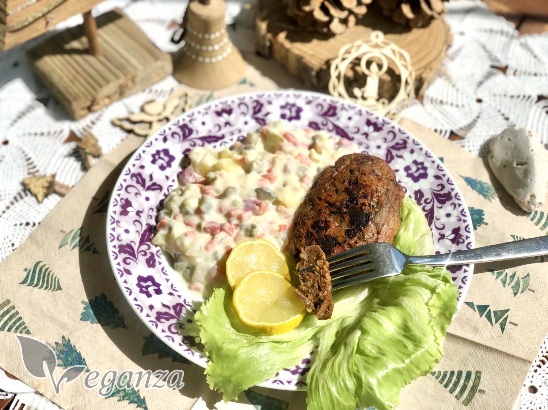 stedrovecerni-salat-s-nerybou-z-hlivy-ustricne-a-psenicne-bilkoviny-citronove-platky-a-bramborovy-salat-vanocni ozdoby-vidlicka